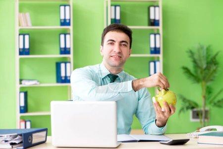 Photo pour Gestionnaire financier masculin travaillant dans le bureau - image libre de droit