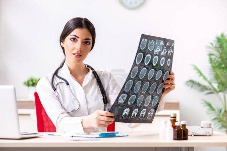 Photo pour Femme médecin radiologue avec radiographie peut image - image libre de droit