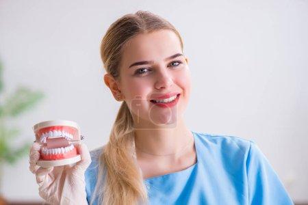 Photo pour Jeune médecin infirmière avec prothèses dentaires - image libre de droit
