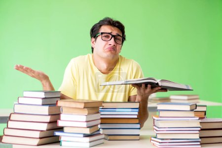 Foto de Estudiante con muchos libros para leer antes de examen - Imagen libre de derechos
