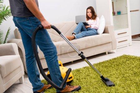Photo pour Le ménage avec aspirateur - image libre de droit