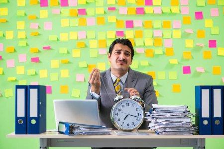 Photo pour Homme d'affaires ayant des problèmes avec ses priorités - image libre de droit