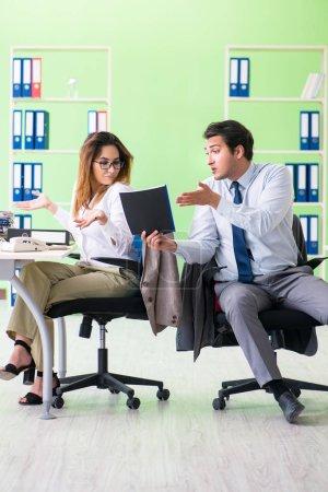 Photo pour Deux collègues travaillant dans le bureau - image libre de droit
