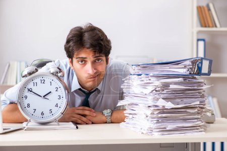 Photo pour Employé occupé surchargé avec trop de travail et de paperasserie - image libre de droit