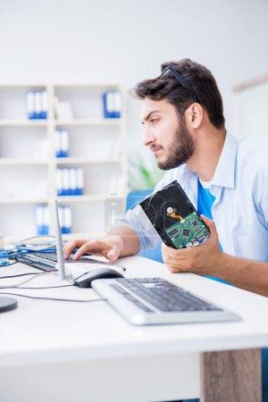 Photo pour Technicien avec disque dur cassé - image libre de droit