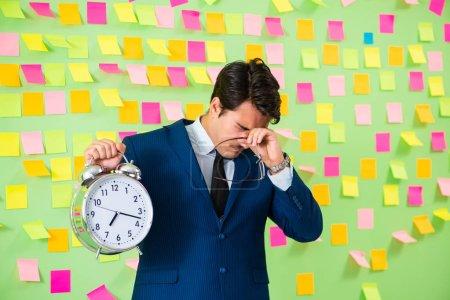 Photo pour Homme d'affaires avec de nombreuses priorités d'affaires - image libre de droit