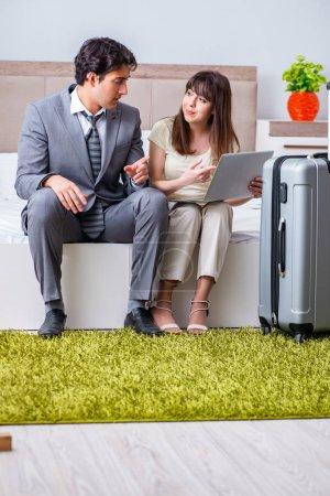 Photo pour Femme voyageant avec son mari en voyage d'affaires - image libre de droit