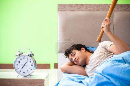 Photo pour L'homme a du mal à dormir. - image libre de droit