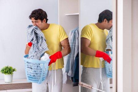 Photo pour Jeune homme beau nettoyage dans la chambre - image libre de droit