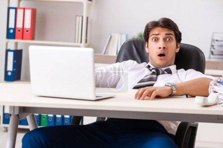 Photo pour Jeune homme d'affaires beau travaillant dans le bureau - image libre de droit