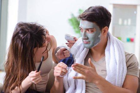Photo pour Beau masque d'argile s'appliquant sur le visage - image libre de droit