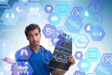 Photo pour Médecin regardant l'image radiographique dans le concept de télésanté - image libre de droit