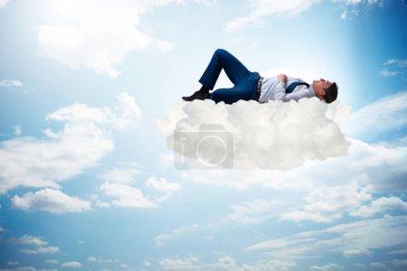 Photo pour Jeune homme d'affaires profitant de son temps pendant les vacances - image libre de droit