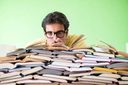 Foto de Estudiante con demasiados libros para leer antes del examen - Imagen libre de derechos