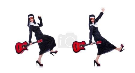 Photo pour Nun, jouer de la guitare isolé sur blanc - image libre de droit