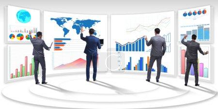 Photo pour Homme d'affaires en visualisation d'entreprise et concept d'infographie - image libre de droit
