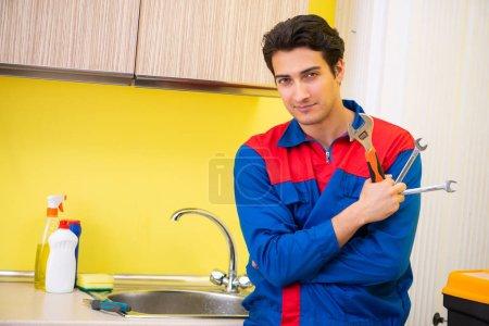 Photo pour Robinet de réparation de plombier à la cuisine - image libre de droit