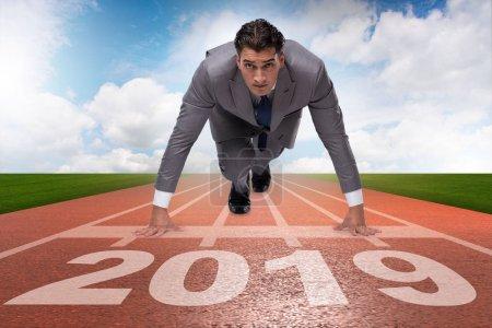 Photo pour Un homme d'affaires sur la ligne d'arrivée en course pour 2019 - image libre de droit
