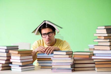 Photo pour Étudiant avec trop de livres à lire avant l'examen - image libre de droit