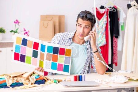 Photo pour Jeune tailleur beau travail dans son atelier - image libre de droit