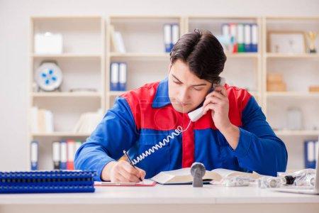 Photo pour Travailleur en uniforme travaillant sur le projet - image libre de droit