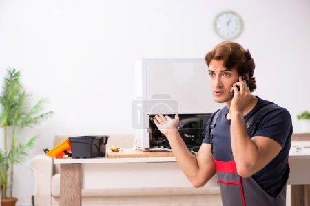 Photo pour Réfrigérateur réparation jeune entrepreneur beau - image libre de droit