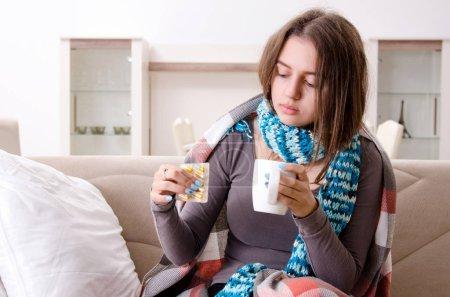 Photo pour Malade jeune femme souffrant à la maison - image libre de droit