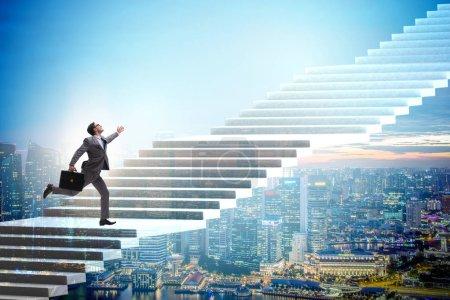 Photo pour Homme d'affaires escalade échelle de carrière au-dessus de la ville - image libre de droit