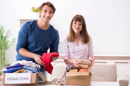 Photo pour Concept de charité avec des vêtements donnés - image libre de droit