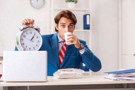 Photo pour Homme prenant un repas au travail pendant la pause - image libre de droit