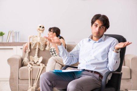 Photo pour Jeune patient psychologue visiteur pour la thérapie - image libre de droit