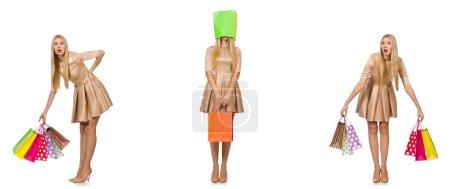Photo pour Belle femme en robe dorée avec des sacs - image libre de droit