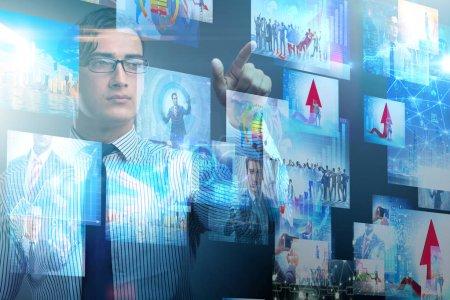 Photo pour Concept de streaming vidéo avec l'homme d'affaires - image libre de droit