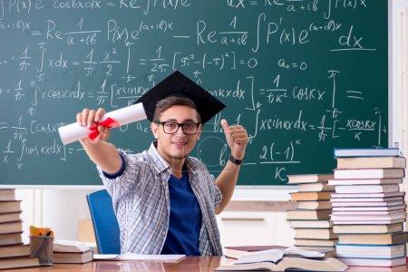 Photo pour Jeune étudiant étudiant en mathématiques à l'école - image libre de droit