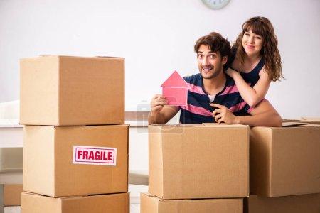 Photo pour Jeune famille déménageant dans une nouvelle maison appartement - image libre de droit