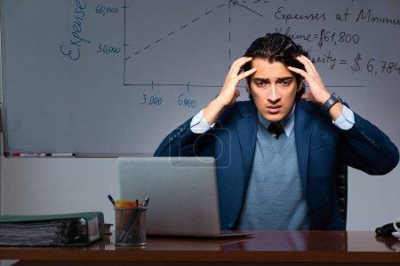 Photo pour Spécialiste financier travaillant tard au bureau - image libre de droit