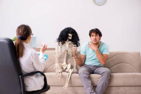Photo pour Jeune psychologue visite patient pour la thérapie - image libre de droit