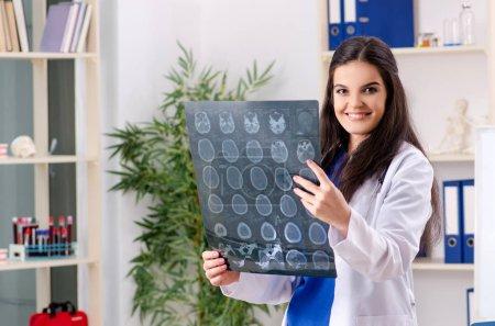 Photo pour Médecin radiologue femme travaillant à la clinique - image libre de droit