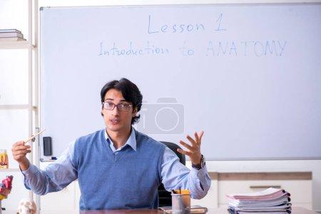 Photo pour Jeune professeur enseignant l'anatomie - image libre de droit