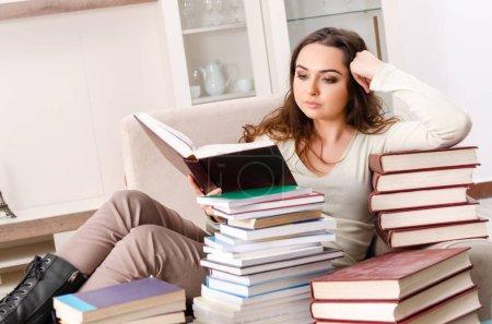 Photo pour Jeune étudiante se préparant aux examens à la maison - image libre de droit