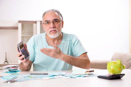 Photo pour Vieil homme barbu blanc dans le concept de planification budgétaire - image libre de droit