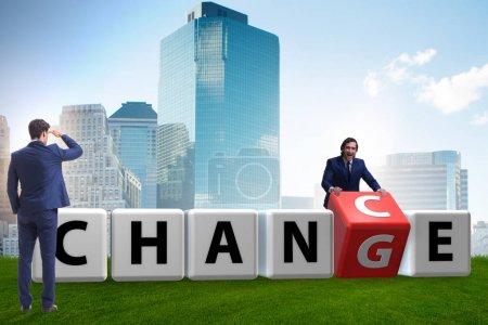 Photo pour Un homme d'affaires prend le risque du changement - image libre de droit
