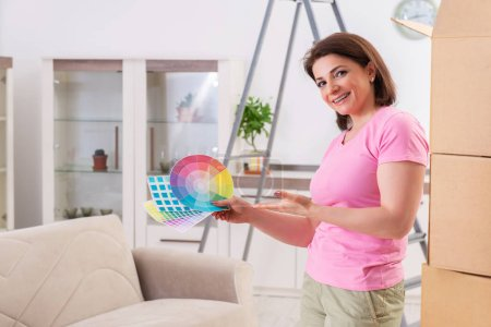 Photo pour Femme choisissant la couleur pour le renouvellement plat - image libre de droit