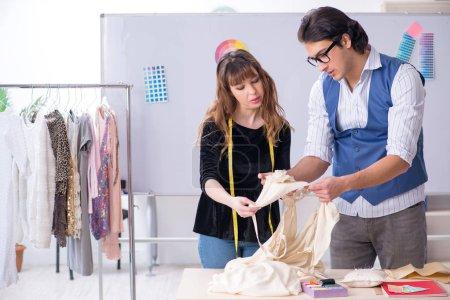 Photo pour Jeunes tailleurs travaillant dans l'atelier - image libre de droit