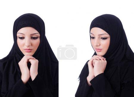 Photo pour Jeune femme musulmane portant le hijab sur blanc - image libre de droit