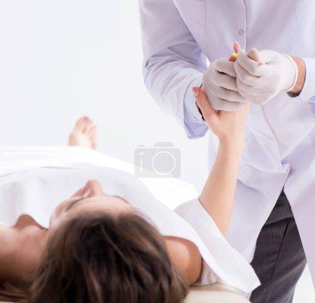 Photo pour Le légiste de la police examine un cadavre à la morgue - image libre de droit