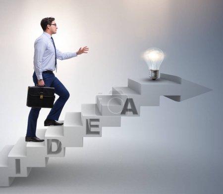 Concepto de idea con hombre de negocios subiendo escaleras