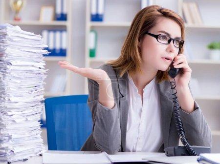 Photo pour Femme d'affaires travaillant dans le bureau - image libre de droit