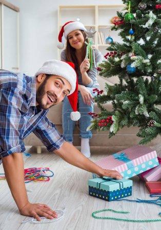 Photo pour La petite amie et le petit ami d'ouverture cadeaux de Noël - image libre de droit