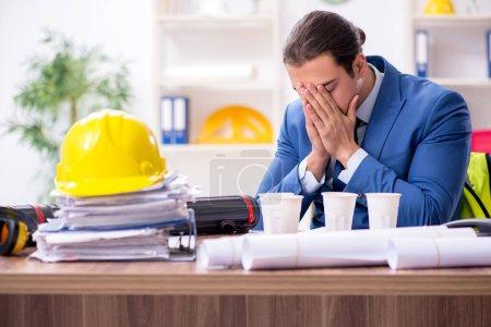 Joven arquitecto masculino trabajando en la oficina